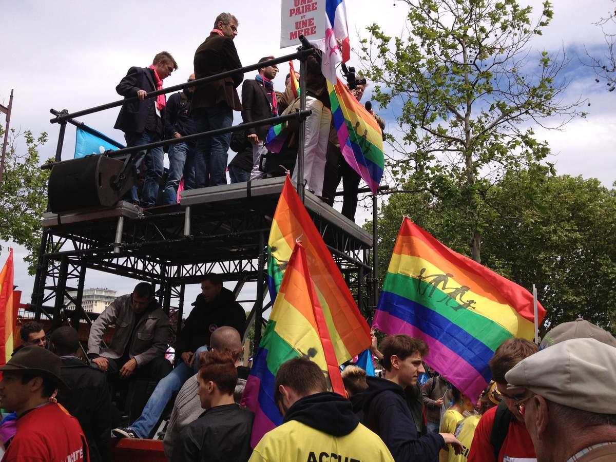 Drapeau de la Manif Pour Tous détourné  en anti-drapeau LGBT en Russie : Virginie Tellenne salue la ferme condamnation de Ludovine de la Rochère